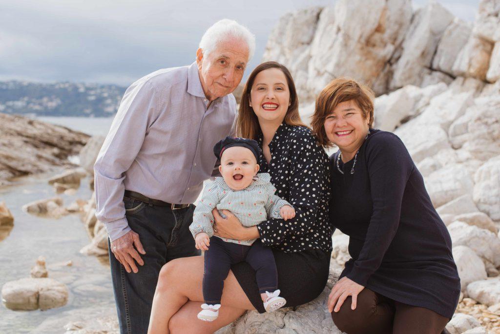 Séance photo de famille en bord de mer